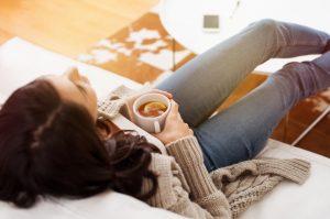 kobieta relaksujaca sie w domu