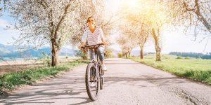uśmiechnięta kobieta jeżdżąca na rowerze
