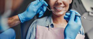 kobieta u stomatologa pokazująca zęby